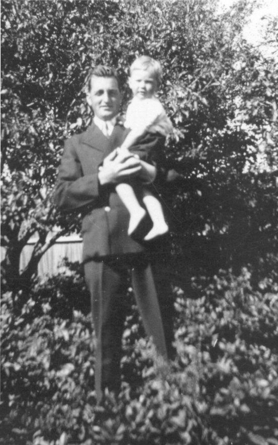 http://www.johnderbyshire.com/FamilyHistoryJD/Photographs/03_1931-1942/1933-00-00jrd.jpg