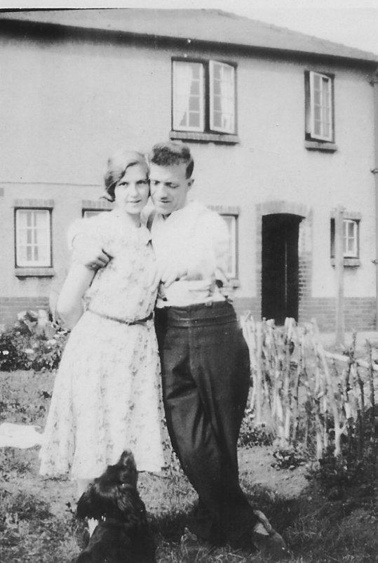 http://www.johnderbyshire.com/FamilyHistoryJD/Photographs/03_1931-1942/1935-00-00nel3.jpg